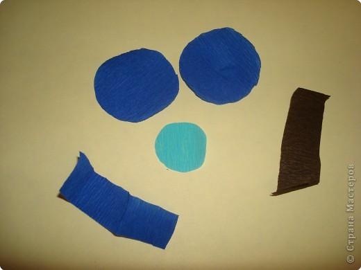 Для изготовления василька необходимы 2 синих круга произвольного диаметра,1 голубой-поменьше и две полоски синего и коричневого цвета,проволочка и зеленая бумага для стебля и листочков,а также бисер. фото 1