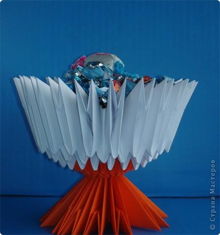 Хотела сделать лебедя - он превратился в вазу для конфет! фото 1