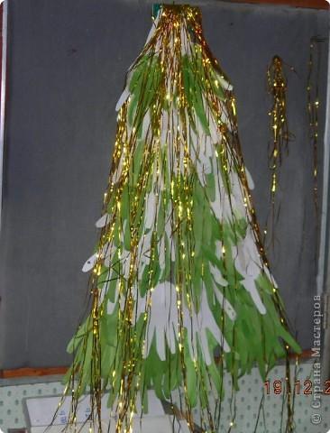 ёлочка из ладошек зелёных и беленьких, украсили дождиком