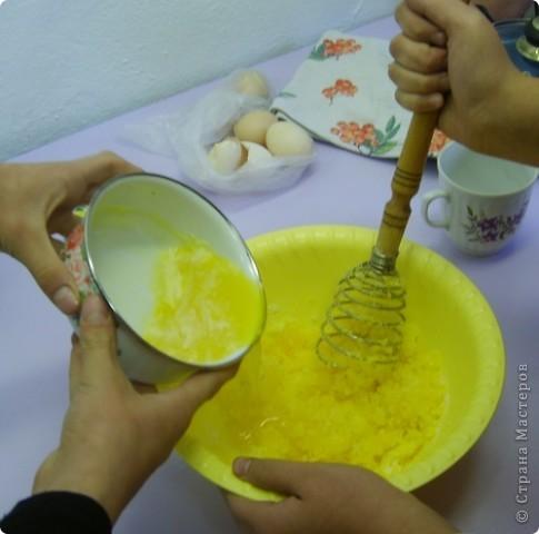 Каждый год на уроках кулинарии в 8 классе, девчата пекут этот торт. Конечно не шедевр по красоте, но очень вкусный и лёгкий в приготовлении. И самое главное, не надо ждать пока пропитается, он вкусен и в тёплом виде ( что не маловажно в рамках урока) фото 3