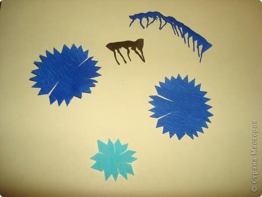 Для изготовления василька необходимы 2 синих круга произвольного диаметра,1 голубой-поменьше и две полоски синего и коричневого цвета,проволочка и зеленая бумага для стебля и листочков,а также бисер. фото 3