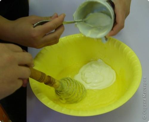 Каждый год на уроках кулинарии в 8 классе, девчата пекут этот торт. Конечно не шедевр по красоте, но очень вкусный и лёгкий в приготовлении. И самое главное, не надо ждать пока пропитается, он вкусен и в тёплом виде ( что не маловажно в рамках урока) фото 6