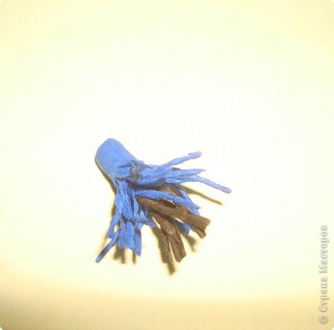 Для изготовления василька необходимы 2 синих круга произвольного диаметра,1 голубой-поменьше и две полоски синего и коричневого цвета,проволочка и зеленая бумага для стебля и листочков,а также бисер. фото 5