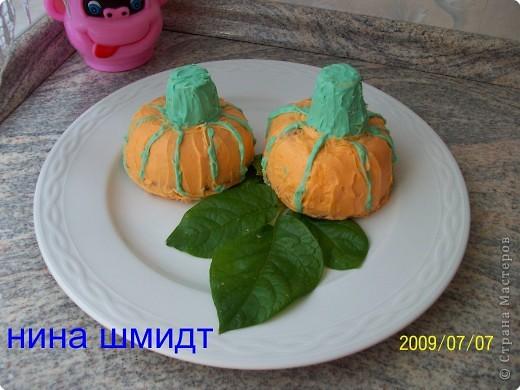 Это кексы. Один поставила, второй на него перевернула и украсила. Жёлуди и стрекозки из марципана, крылышки из  цветной пищевой бумаги.  фото 5