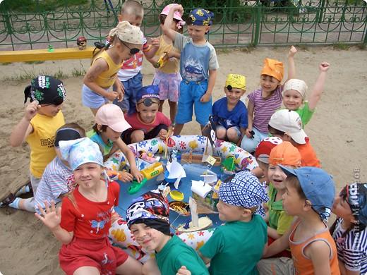 Летом мы провели  ПИРАТСКИЙ день. Каждый ребенок дома смастерил  свой корабль.   фото 2