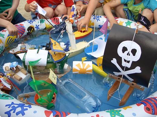 Летом мы провели  ПИРАТСКИЙ день. Каждый ребенок дома смастерил  свой корабль.   фото 1
