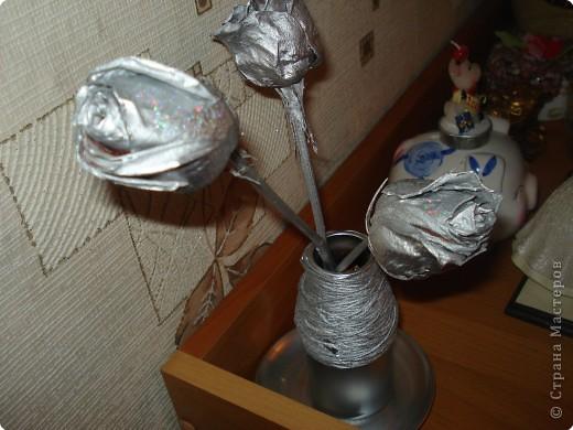 за основу послужила страшная старая ваза,которую я сначала хотела выкинуть,обматываемнитками,наклеиваем природный материал и покрываем спреем. фото 7
