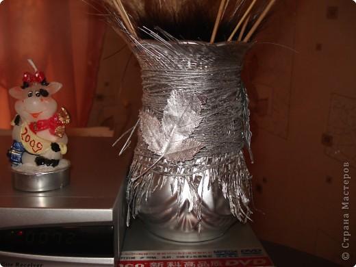 за основу послужила страшная старая ваза,которую я сначала хотела выкинуть,обматываемнитками,наклеиваем природный материал и покрываем спреем. фото 3