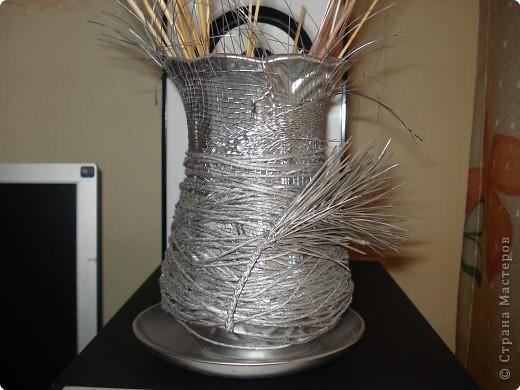 за основу послужила страшная старая ваза,которую я сначала хотела выкинуть,обматываемнитками,наклеиваем природный материал и покрываем спреем. фото 1