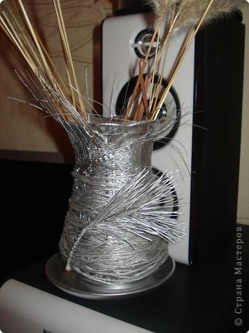 за основу послужила страшная старая ваза,которую я сначала хотела выкинуть,обматываемнитками,наклеиваем природный материал и покрываем спреем. фото 2