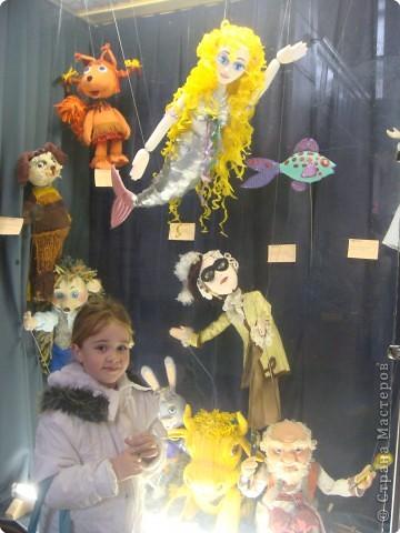 Выставка кукол в фойе. Куклы чарующе манят... в сказку. фото 1