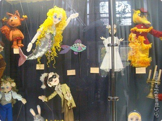Выставка кукол в фойе. Куклы чарующе манят... в сказку. фото 2