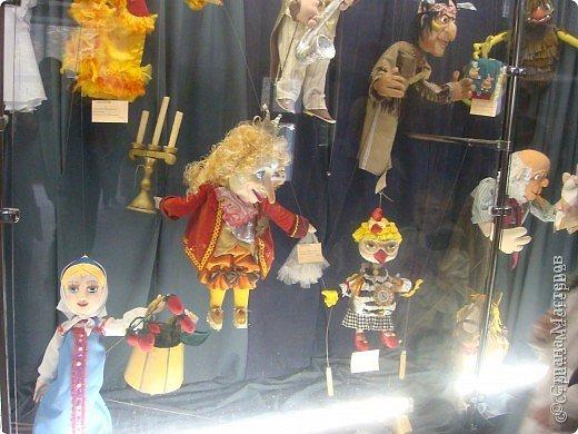 Выставка кукол в фойе. Куклы чарующе манят... в сказку. фото 3