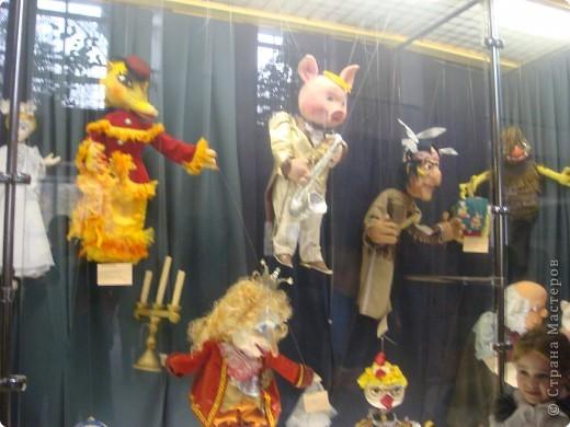 Выставка кукол в фойе. Куклы чарующе манят... в сказку. фото 4