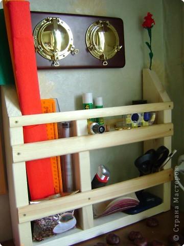 Недавно мой папа сказал, что мне для творчества необходим э-э... как сказать...ящичек- органайзер , вот! Купил реечки-дощечки-гвоздики, и за два вечера все сделал. мы решили, что лучше оставить все как есть- не украшать, ведь дерево- очень красивый природный материал! Вот, а теперь я хочу похвастаться органайзером и замечательным папой!
