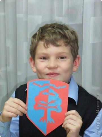 Ученик 4 класса Толя Бибичев на уроке представляет герб своей семьи. фото 2