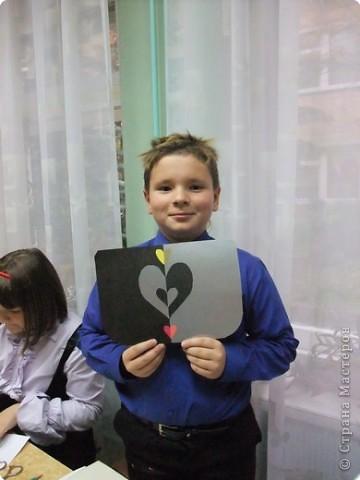 Ученик 4 класса Толя Бибичев на уроке представляет герб своей семьи. фото 1