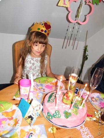 Викуся и торт. Первый раз работала с мастикой и марципаном, поэтому девочка на торте, конечно, не так уж, но дочке торт очень понравился  фото 1