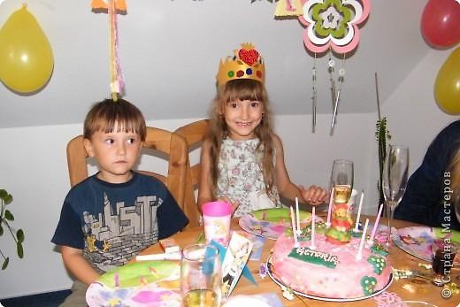 Викуся и торт. Первый раз работала с мастикой и марципаном, поэтому девочка на торте, конечно, не так уж, но дочке торт очень понравился  фото 2