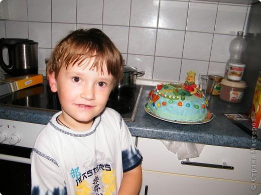 Так как у дочки в сентябре на торте была марципановая принцесса,  сыном был заказан торт с принцем! Мучалась долго, марципан крошился. фото 2