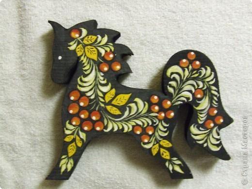 Лошадка выпилена лобзиком из сосны. Роспись гуашью, покрыта акриловым матовым лаком.