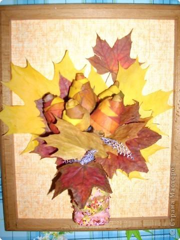 маленький букетик из последних осенних листочков фото 1