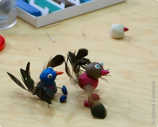 Птицы сделаны из перышек и пластилина детьми 3-х лет на занятиях по раннему развитию фото 2