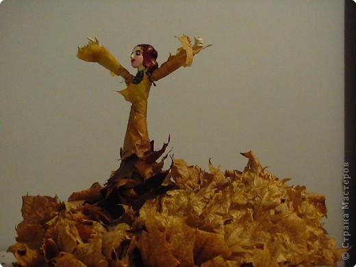 """Это наша с Марусей """"Фея листопада"""". Сделана из ясеневой ветки, побега воробьинного спорыша, двух каштанов, кленовых листьев и желтой нити. Руки и лицо слеплены из пластилина. """"Основание""""- старый кленовый венок. фото 2"""
