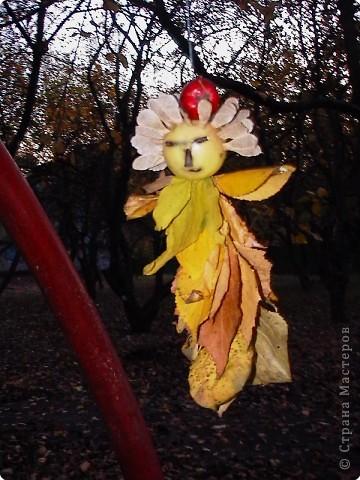 Пока Машенька занималась на танцах мы с Иваном гуляли в яблоневом саду. Смастерили куклу из двух веток , двух яблок и семян. Вставили глазки из кусочков ветки. Подвесили на нить на дерево. фото 1
