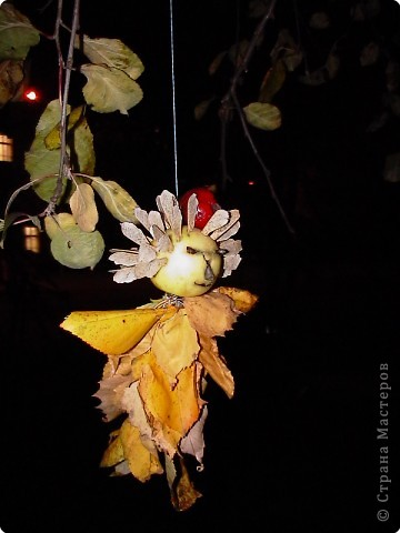 Пока Машенька занималась на танцах мы с Иваном гуляли в яблоневом саду. Смастерили куклу из двух веток , двух яблок и семян. Вставили глазки из кусочков ветки. Подвесили на нить на дерево. фото 2