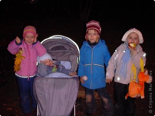 Пока Машенька занималась на танцах мы с Иваном гуляли в яблоневом саду. Смастерили куклу из двух веток , двух яблок и семян. Вставили глазки из кусочков ветки. Подвесили на нить на дерево. фото 3
