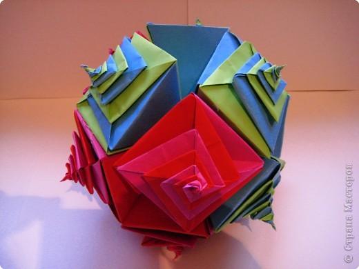 Поделка спирали была завершена удачно,а поскольку наделала много то и оформила всё это в шар.