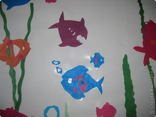 Со вторым классом учились вырезать рыбок. Получилась коллективная работа. фото 2