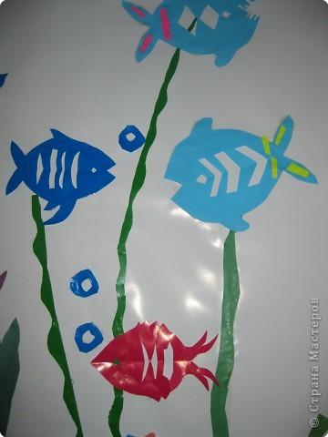 Со вторым классом учились вырезать рыбок. Получилась коллективная работа. фото 3