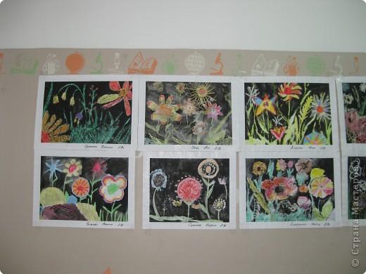 Такие работы мы делали с второклассниками. Сначала рисовали восковыми мелками цветы, а потом заливали черной акварелью фон. фото 5