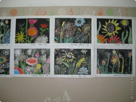 Такие работы мы делали с второклассниками. Сначала рисовали восковыми мелками цветы, а потом заливали черной акварелью фон. фото 6
