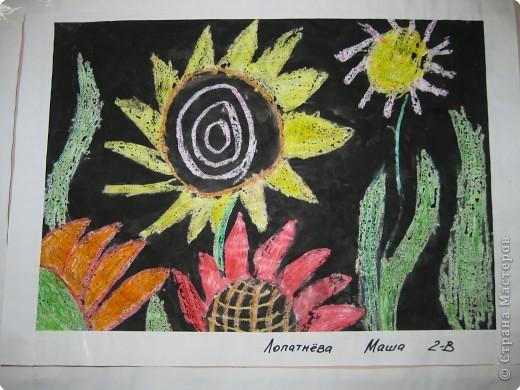 Такие работы мы делали с второклассниками. Сначала рисовали восковыми мелками цветы, а потом заливали черной акварелью фон. фото 1
