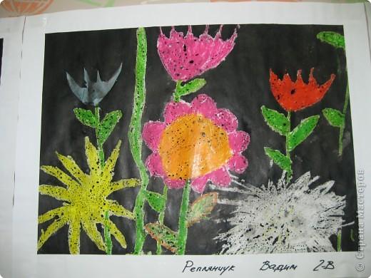 Такие работы мы делали с второклассниками. Сначала рисовали восковыми мелками цветы, а потом заливали черной акварелью фон. фото 2