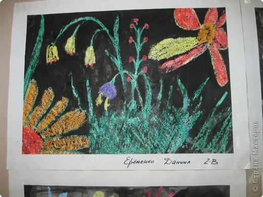 Такие работы мы делали с второклассниками. Сначала рисовали восковыми мелками цветы, а потом заливали черной акварелью фон. фото 3