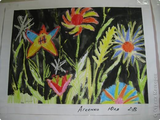 Такие работы мы делали с второклассниками. Сначала рисовали восковыми мелками цветы, а потом заливали черной акварелью фон. фото 4