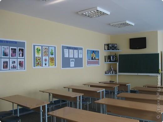 Кабинет ИЗО и музыки. На задней стене кабинета у меня выставка детских работ. Меняю работы один раз в год летом. Рамка из потолочных плит, висят на леске. Все крепится карниз от жалюзи. фото 2