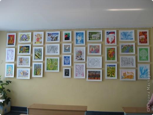 Кабинет ИЗО и музыки. На задней стене кабинета у меня выставка детских работ. Меняю работы один раз в год летом. Рамка из потолочных плит, висят на леске. Все крепится карниз от жалюзи. фото 1