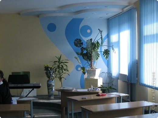 Кабинет ИЗО и музыки. На задней стене кабинета у меня выставка детских работ. Меняю работы один раз в год летом. Рамка из потолочных плит, висят на леске. Все крепится карниз от жалюзи. фото 3