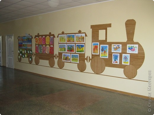 На третьем этаже младшей школы у нас в прошлом году сделали такие стенды для детских работ. Это с одной стороны. фото 1