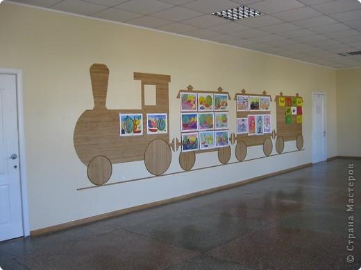 На третьем этаже младшей школы у нас в прошлом году сделали такие стенды для детских работ. Это с одной стороны. фото 2