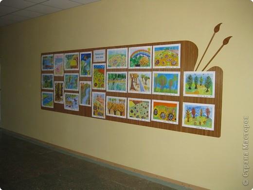 На третьем этаже младшей школы у нас в прошлом году сделали такие стенды для детских работ. Это с одной стороны. фото 3