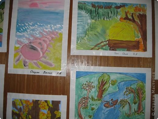 На третьем этаже младшей школы у нас в прошлом году сделали такие стенды для детских работ. Это с одной стороны. фото 6