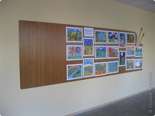 На третьем этаже младшей школы у нас в прошлом году сделали такие стенды для детских работ. Это с одной стороны. фото 4