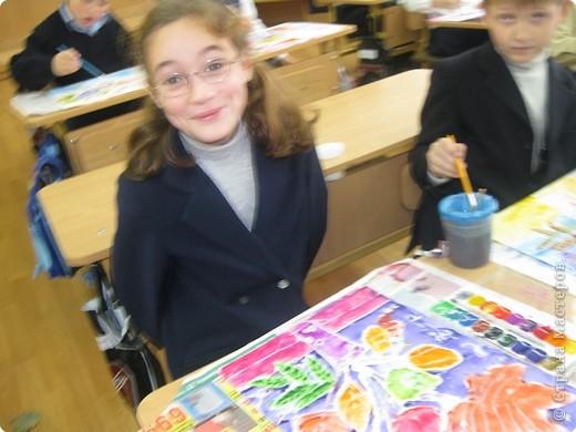 Сегодня на уроке в третьем классе рисовали осенние букеты. Листья,восковые мелки и акварель. фото 2