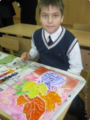Сегодня на уроке в третьем классе рисовали осенние букеты. Листья,восковые мелки и акварель. фото 4